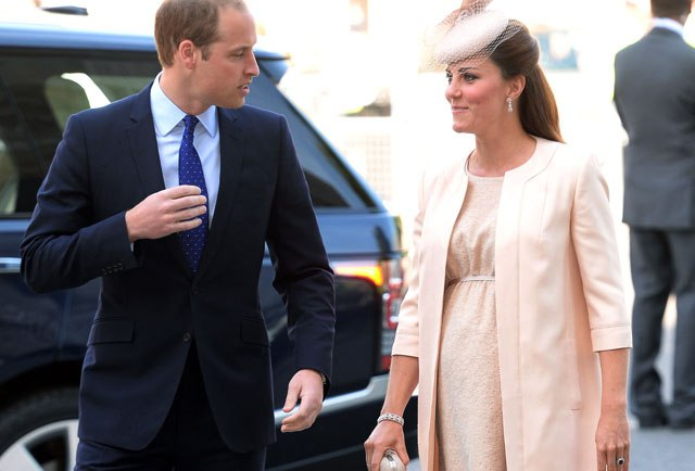 i.0.s-kate-middleton-prince-william-eight-months-pregnant-peach